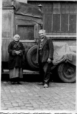 Marie et Alexandre Jacob devant la camionnette