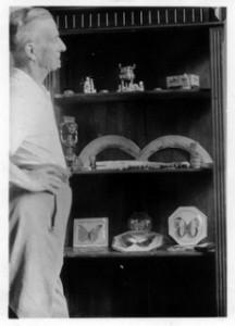 Louis Rousseau devant son étagère à souvenirs