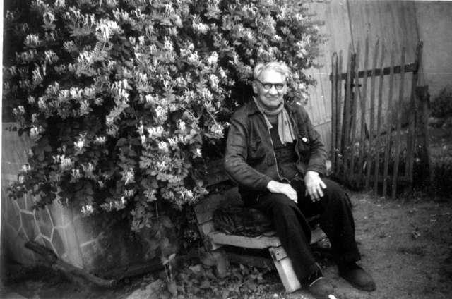 Marius Jacob dans son jardin