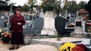 une touriste devant la tombe de Jacob